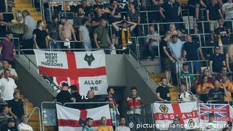 Fußball Besiktas vs Wolverhampton Wanderers FC - UEFA Europa League Fahnen Fans mit Kreuz (picture-alliance/AA/E. Ozturk)