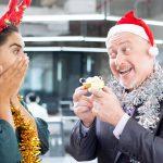 Kleidung? Alkohol? Fernbleiben?: Diese Dinge sollten Sie bei Ihrer Weihnachtsfeier auf keinen Fall tun