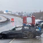 Auto überschlägt sich auf A8: Spurwechsel löst Massenkarambolage aus