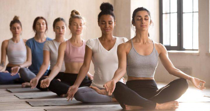 Sportliche Kleidung: Locker und bequem: So stellen Sie das richtige Yoga-Outfit zusammen