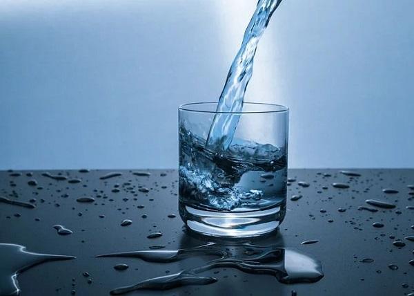 Natürliches Mineralwasser kommt auf natürliche Weise aus einem bestimmten Gebiet vor