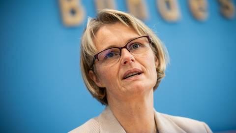 """News zum Coronavirus: Anja Karliczek: Impfstoff wird erst """"Mitte nächsten Jahres"""" zur Verfügung stehen"""