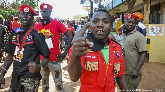 Uganda | Razzia Kampagnenzentrale Bobi Wine Anhänger (Ronald Kabuubi/AP Photo/picture-alliance)